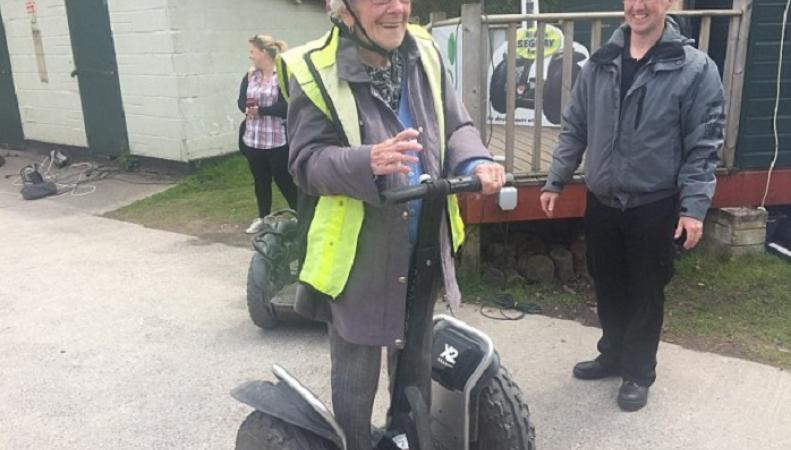 Самым пожилым ездоком на сегвее признана 98-летняя британка