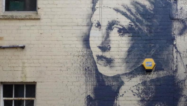 """Граффити """"Девушка с проколотым ухом"""" в Бристоле"""