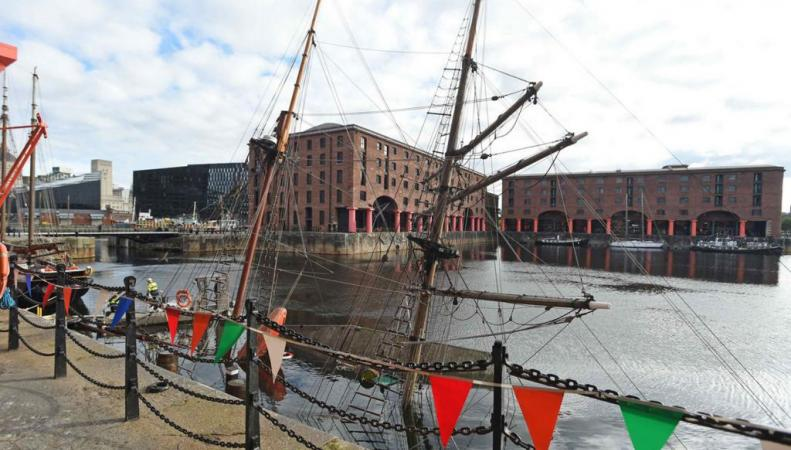 затонувший парусник в Ливерпуле