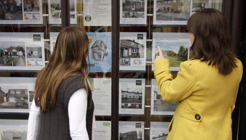 женщины возле витрины агентства недвижимости
