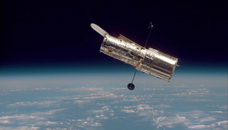 """""""Хаббл"""" сфотографировал новорожденную эллиптическую галактику"""