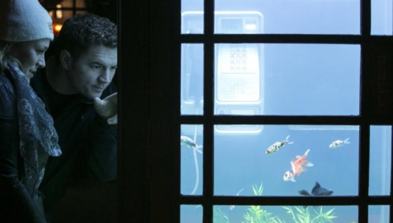 светящаяся телефонная будка с рыбками