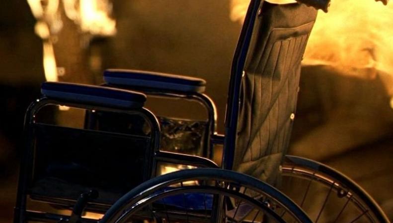 Великобритания: сын подарил отцу-ветерану инвалидную коляску, больше похожую на танк