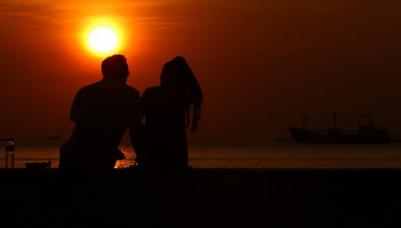 Пара на фоне заката
