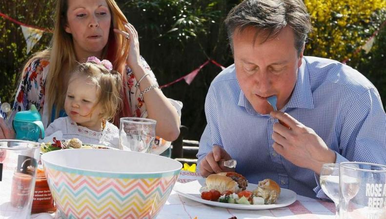 Интеренет-пользователи высмеяли Кэмерона, поедающего хот-дог ножом и вилкой