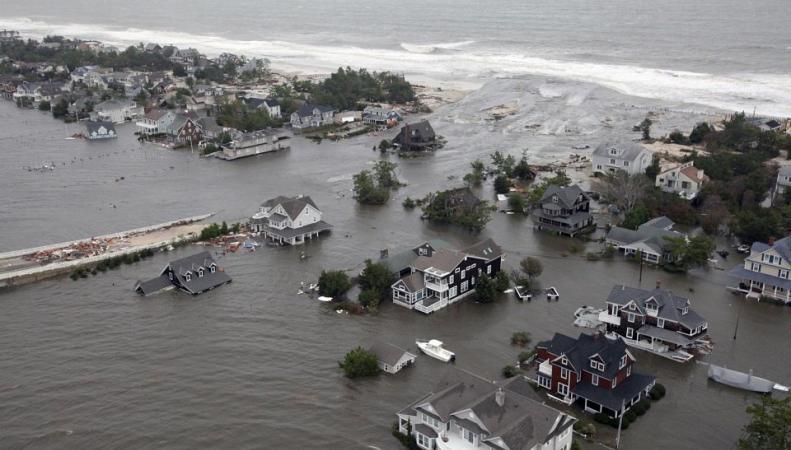 """Канада, ураган """"Артур""""В Канаде из-за урагана """"Артур"""" без света остались 250 тыс человек"""
