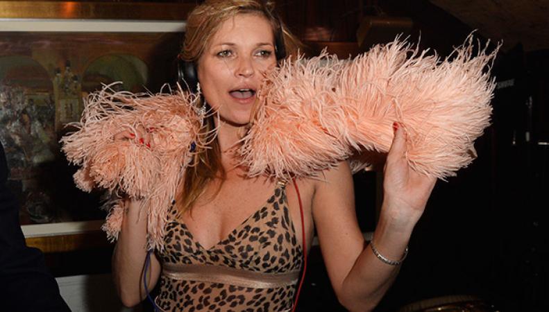 Британская супермодель Кейт Мосс пришла в клуб в пижаме и боа