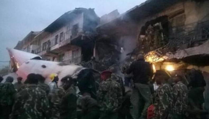 Самолет упал на коммерческое здание в Кении