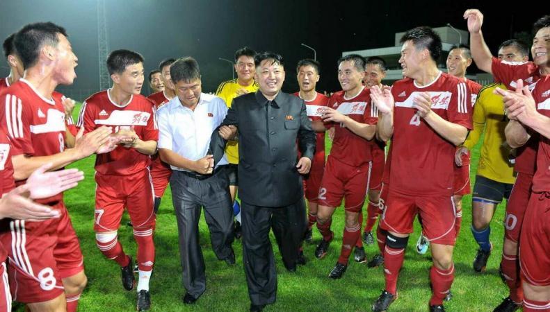 Ким Чен Ын с футболистами