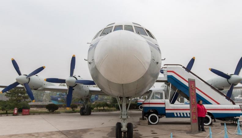Пассажиры китайского самолета открыли аварийные люки