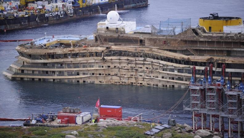 Пассажирский лайнер Costa Concordia  после крушения