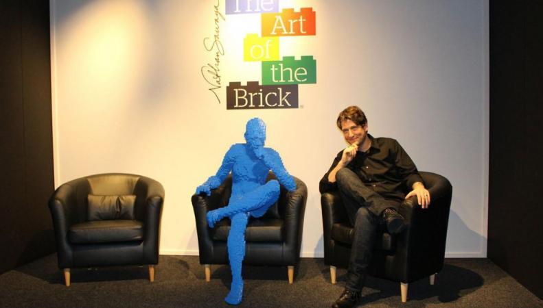 Натан Савайя со своей работой на открытии выставки