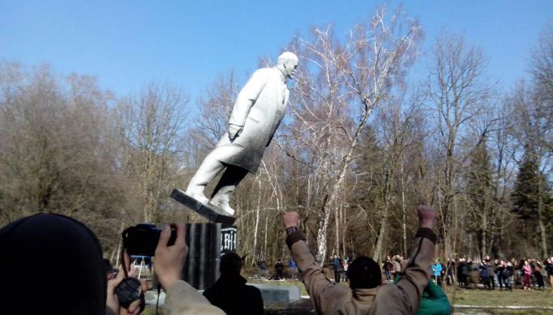Демонтаж памятников советстким деятелям будет поддерживать Киев, http://upload.wikimedia.org/