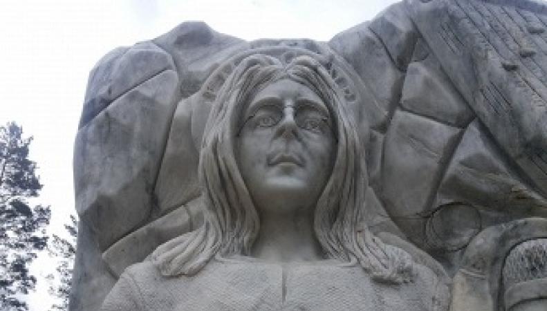 Памятник Джону Леннону на Алтае
