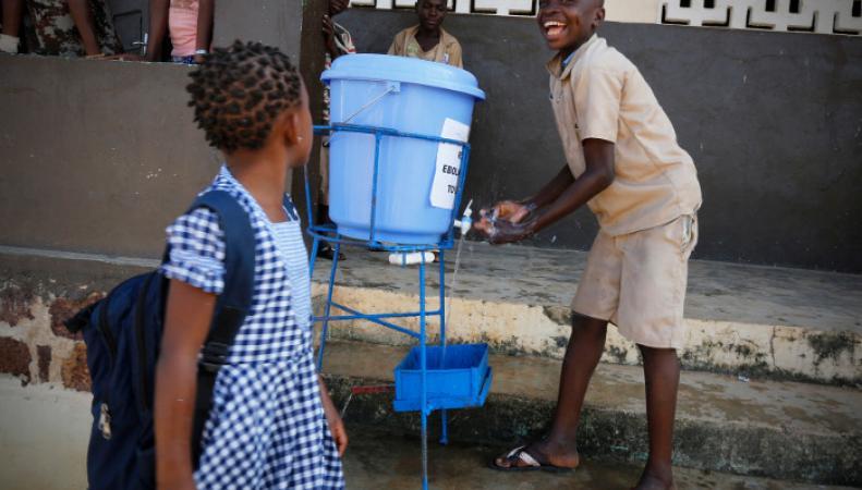 Дети в Либерии моют руки