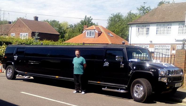 В Британии для перевозки беженцев наняли лимузин
