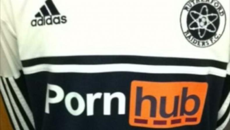 Логотип порносайта на спортивной форме