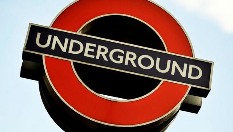 вывеска лондонского метрополитена