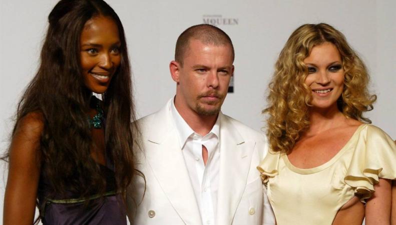 Британская модель Наоми Кэмпбелл, дизайнер Александр МакКуин и модель Кейт Мосс