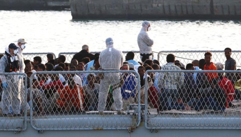 Мигранты на судне, спасенные итальянцами