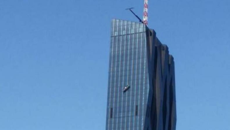 Люлька падает с вершины небоскреба
