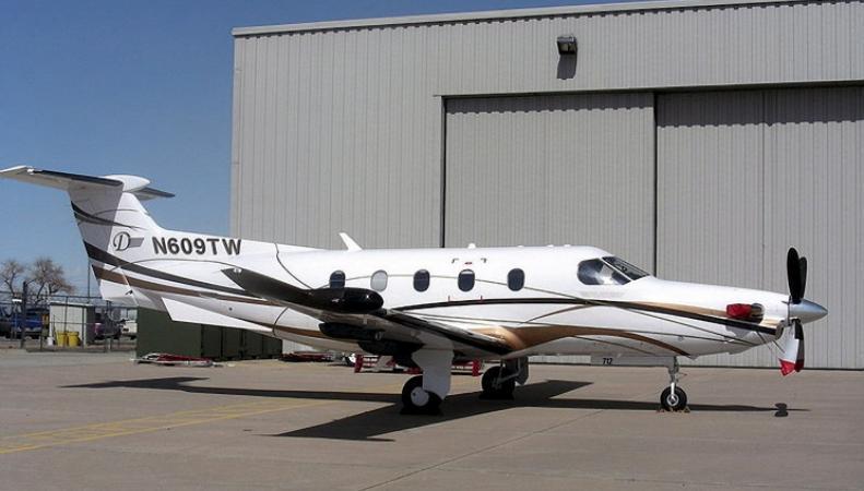 Одномоторный самолет в аэропорту