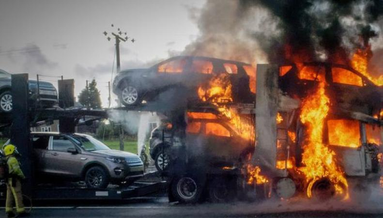 горящие автомобили Land Rover