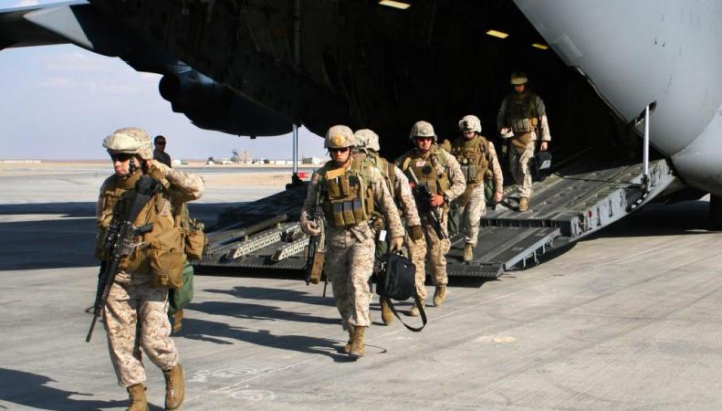 Британские пехотинцы летят в Эстонию
