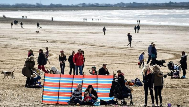 люди на пляже в Англии