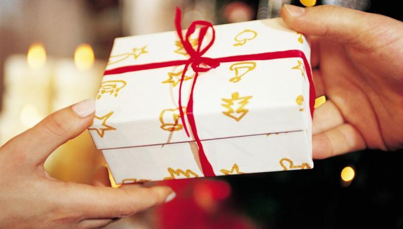 В соцсетях раскритиковали мать, купившую 300 подарков