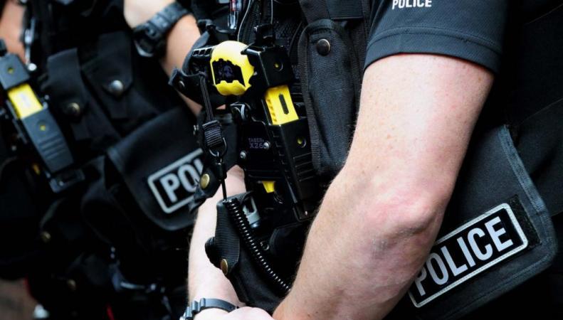 Британский полицейский уволен за расистские высказывания