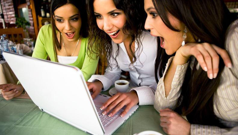 Девушки за ноутбуком