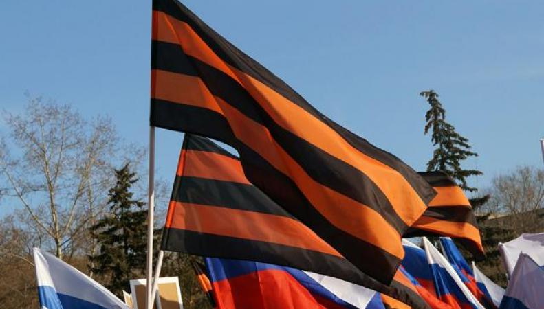 Знамя Победы в цветах георгиевской ленты