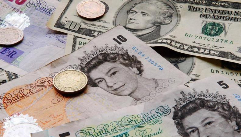 наличные фунты и доллары