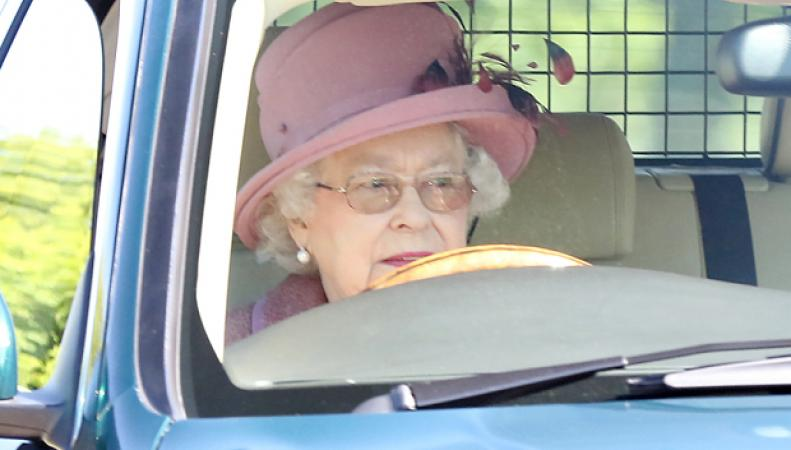 Королева Британии нарушает ПДД