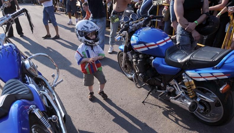 Ребенок и байкеры