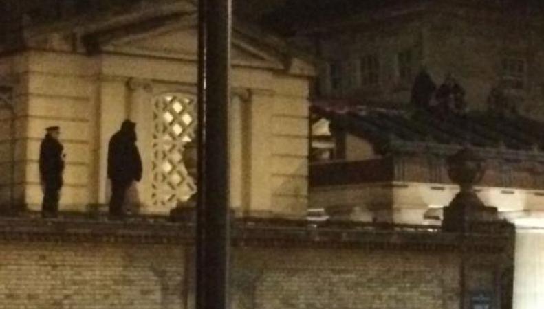 люди на крыше Букингемского дворца