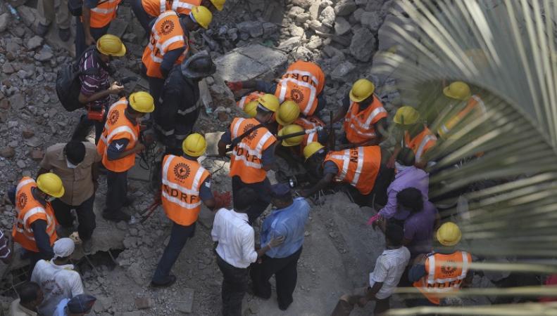 Спасатели на месте рухнувшего здания