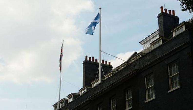 флаг Шотландии над Даунинг-стрит, 10