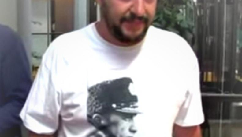 Евродепутат пришел на заседание Европарламента в футболке в Путиным
