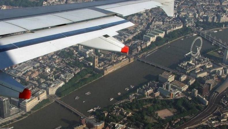 Самолет в небе над Лондоном