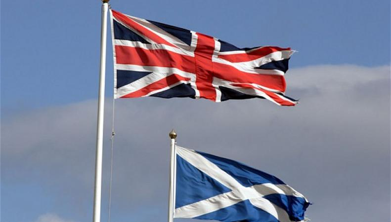 флаги Шотландии и Великобритании
