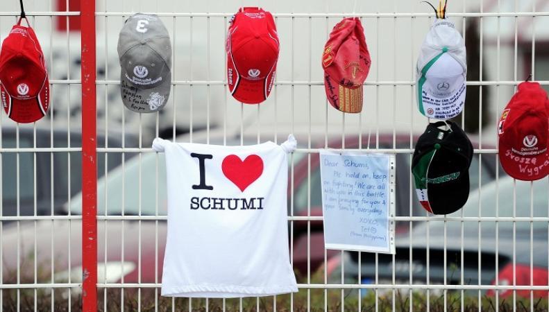 Забор клиники, где проходит лечение Михаэль Шумахер