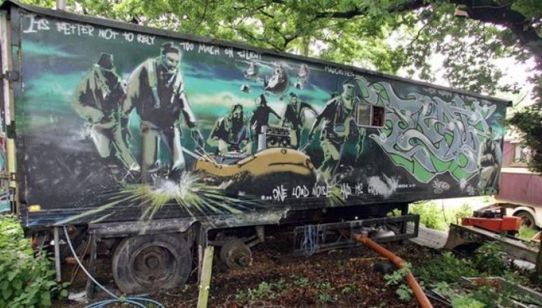 грузовик, на котором изображена картина, был продан в Париже
