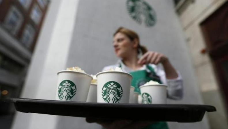 официантка в Starbucks