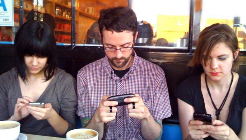 Ученые назвали признаки зависимости от смартфона