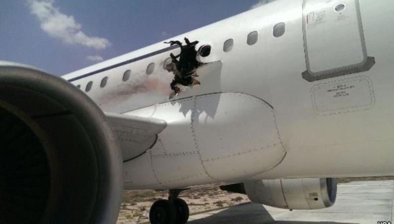 Летевший из Сомали самолет экстренно сел из-за взрыва
