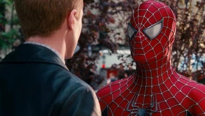 Человек в костюме человека-паука