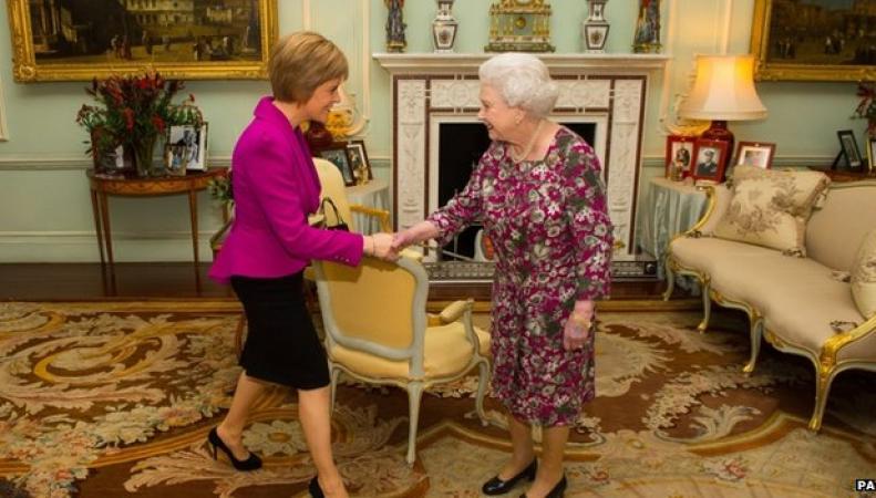 Королева Елизавета и Никола Стерджион