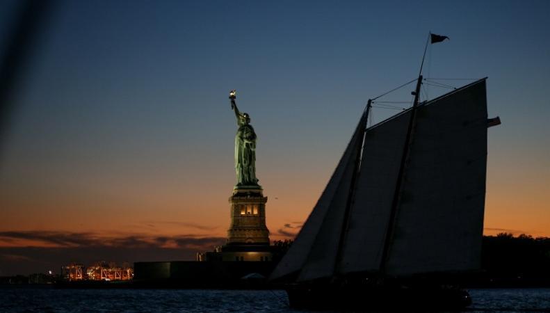 Шхуна у Статуи Свободы